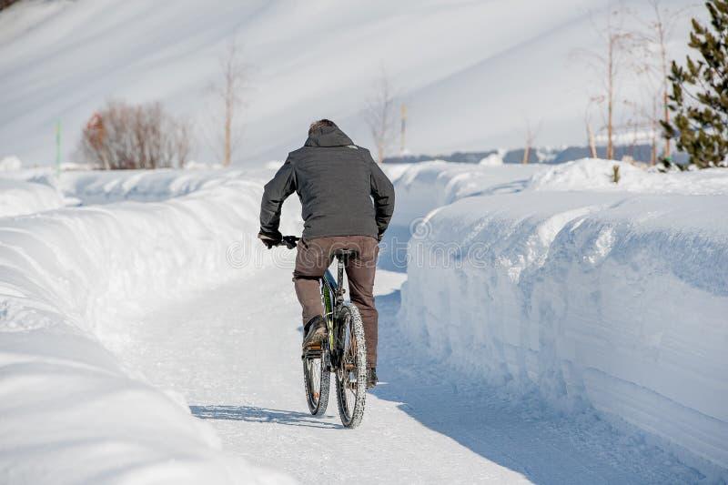 骑自行车者踩的踏板的被浸没的i 免版税库存图片