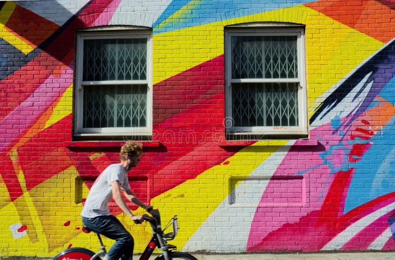 骑自行车者,机会街道,伦敦,都市街道艺术 免版税库存照片