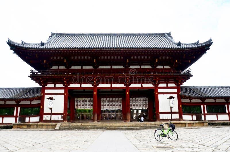 骑自行车自行车和visi的日本人和外国人旅行家 免版税库存图片