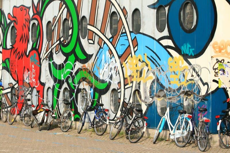 骑自行车街道画 库存照片