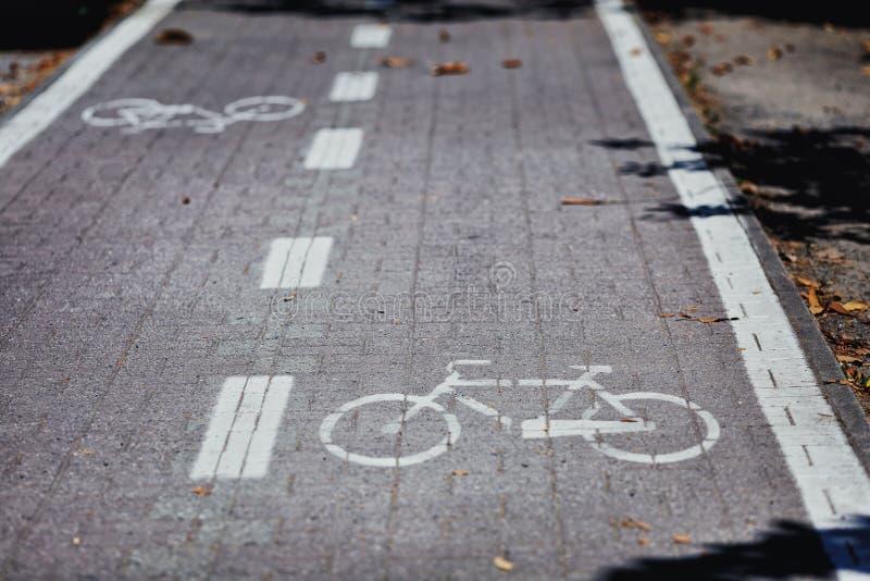 骑自行车路径 自行车自行车的车道路 免版税图库摄影