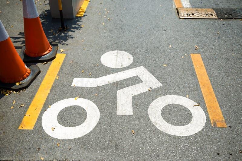 骑自行车车道标志被绘在路自行车车道上 免版税库存照片