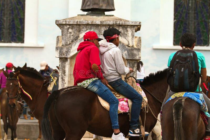 骑马的两个男孩在一次庆祝时在厄瓜多尔 免版税库存照片