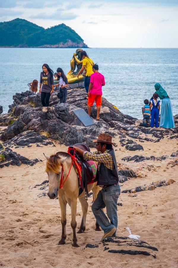 骑马的人在宋卡海滩,泰国 库存照片