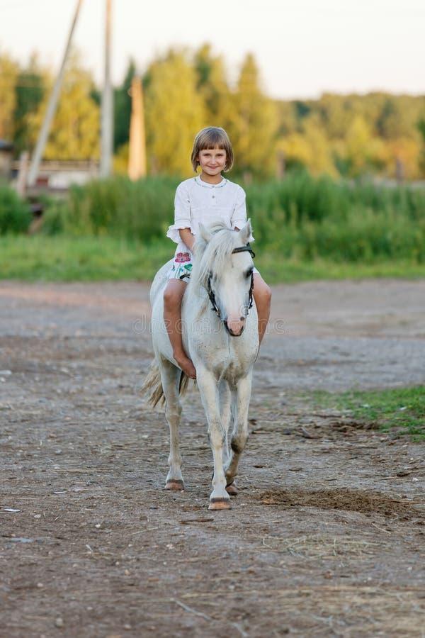 骑马的小女孩 免版税库存图片