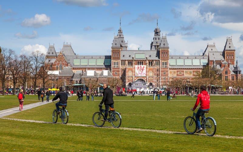 骑马自行车在阿姆斯特丹 免版税库存照片