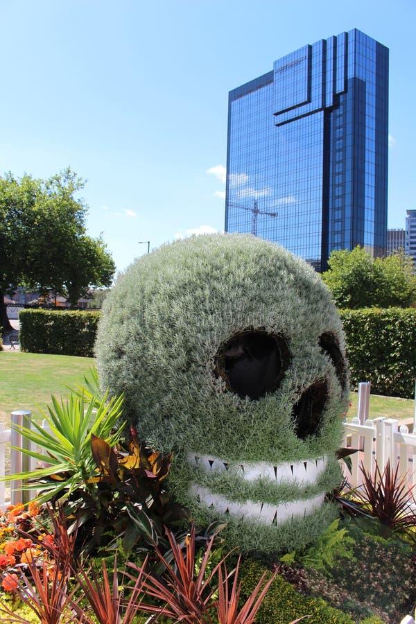 头骨塑造了灌木和花卉展示,伯明翰 免版税库存图片