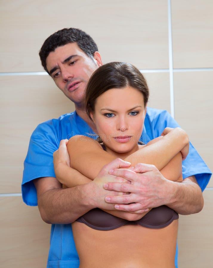 整骨疗法背部脊椎操作与发射技术 免版税库存照片