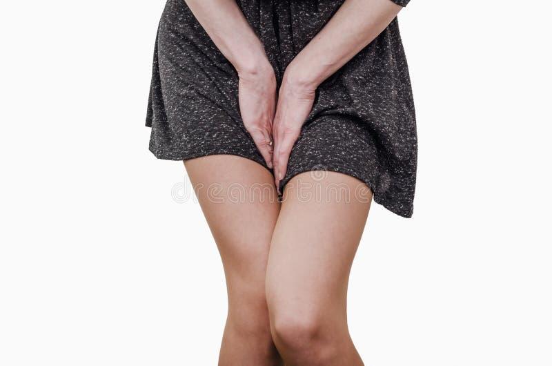 骨盆大腿年轻女人用举行按的手她的更低的腹部的裤裆 医疗或妇产科健康问题 免版税库存照片