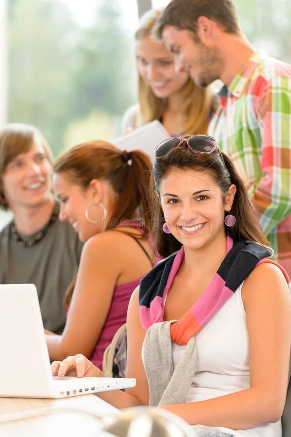 高中了解在图书馆选件类的学习小组 免版税库存图片