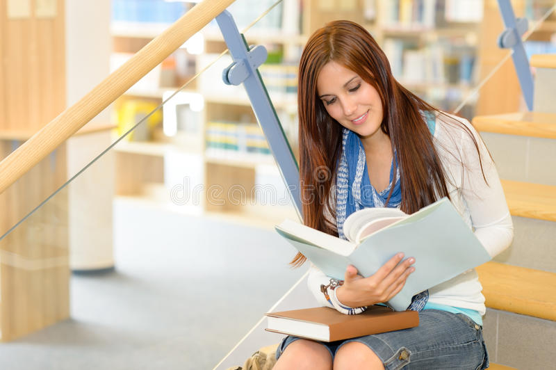 高中图书馆学员在台阶读了 库存照片