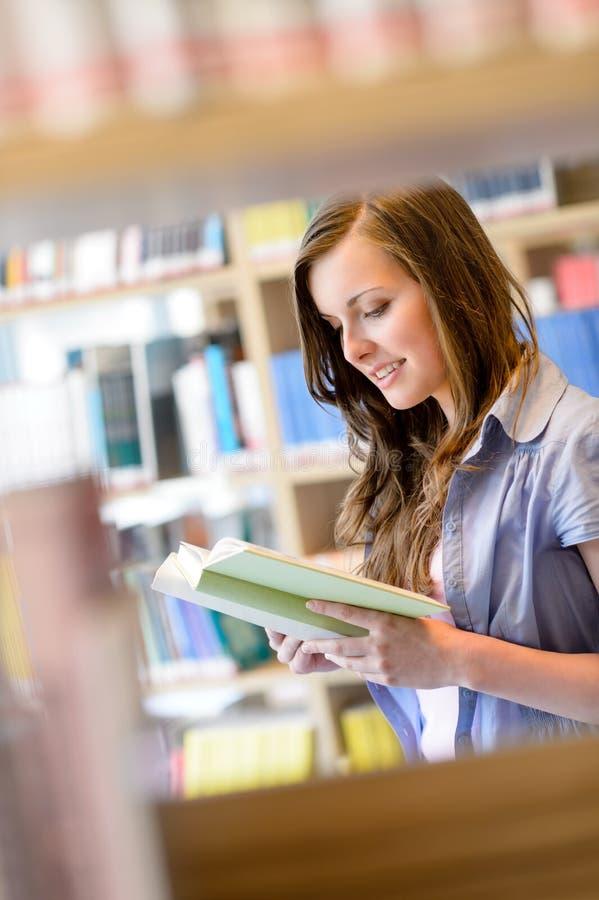 高中图书馆学员妇女读了书 图库摄影