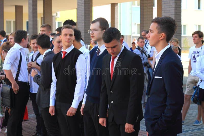 高中学生在9月1日的庄严的会议上 免版税库存图片