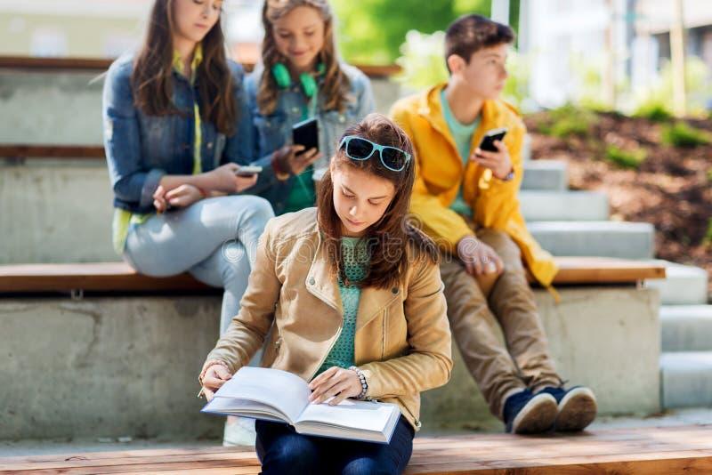 高中学生女孩户外阅读书 库存照片