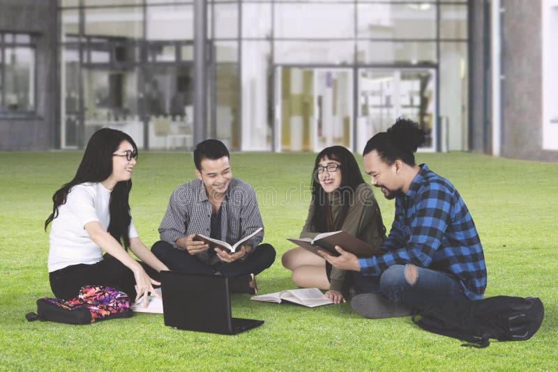 高中学生谈论在公园 库存照片