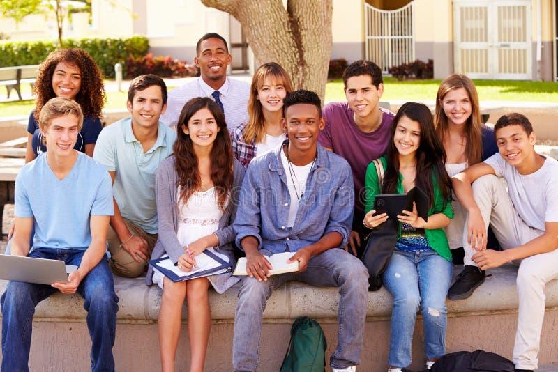 高中学生画象有老师的在校园里 库存照片