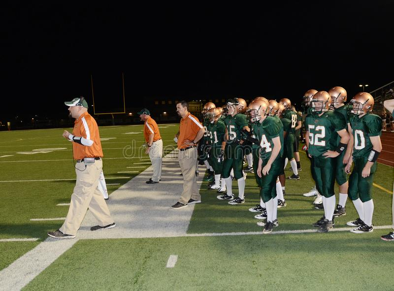 高中跑队的橄榄球教练 库存图片