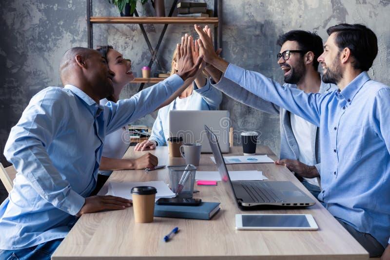 高五为成功不同的小组给的企业同事高五在团结和微笑的标志 图库摄影