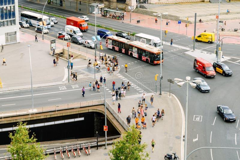 高交通和人空中全景在街市巴塞罗那市西班牙 库存照片