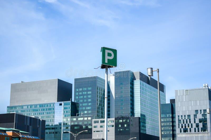 高企业摩天大楼和停车处签字 免版税库存图片