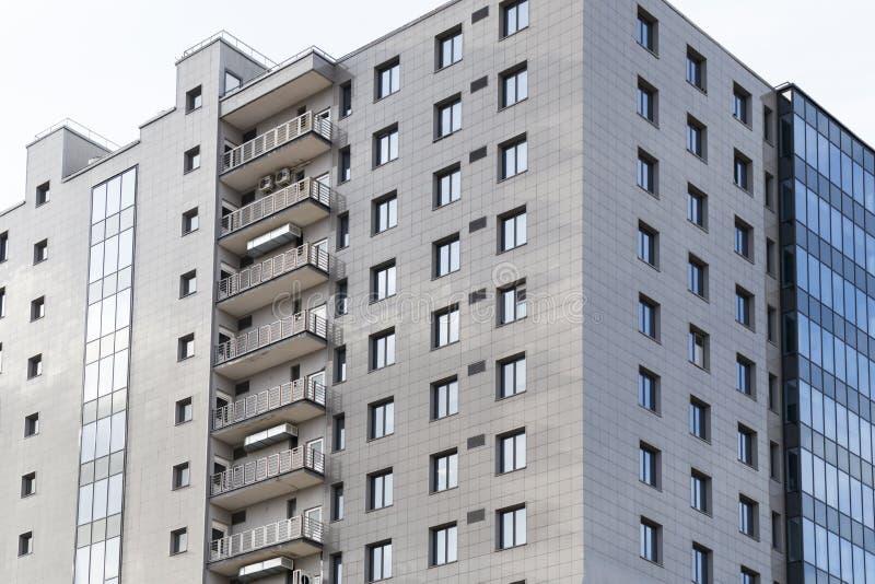 高公寓在白俄罗斯 米斯克 住宅建筑师 有在阳台的空调 免版税库存照片