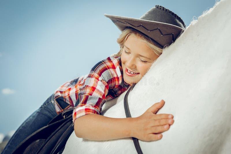 高兴好女孩表现出她的爱对房子 免版税库存照片