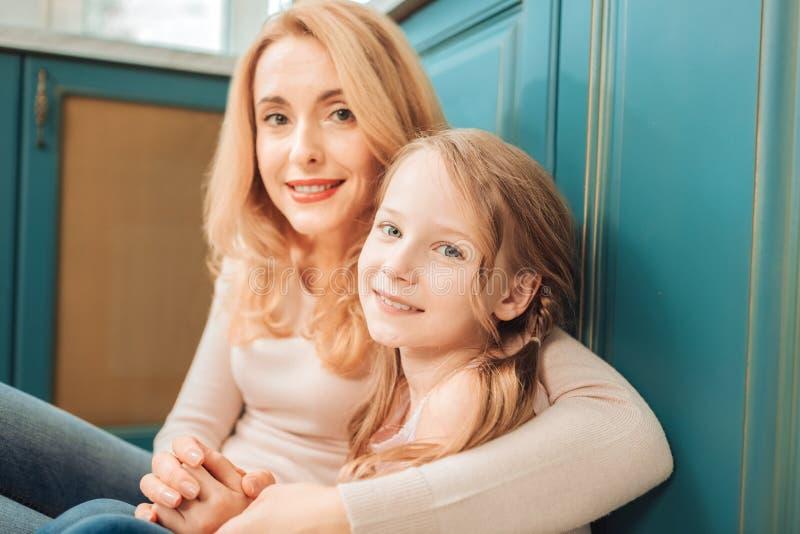 高兴妇女画象那拥抱她的孩子 免版税库存照片