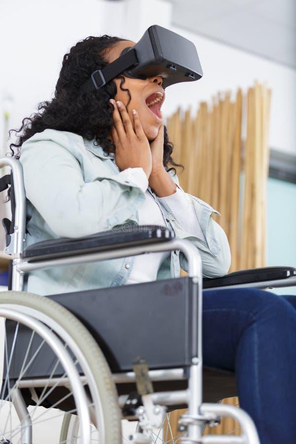 高兴的残疾妇女佩带的vr玻璃 库存照片