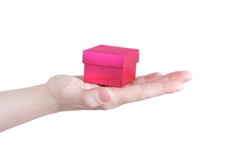 高加索女孩手掌上的红色小礼盒 白色隔离 库存图片