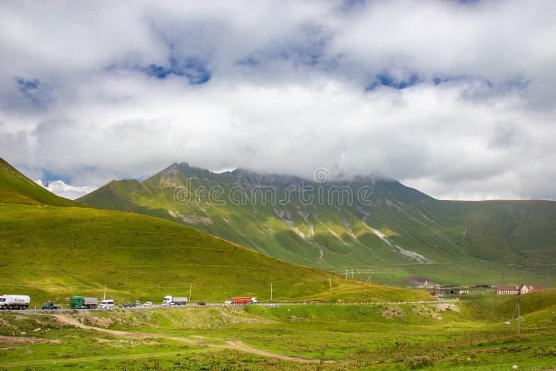 高加索山脉看法沿格鲁吉亚军用路的 库存照片
