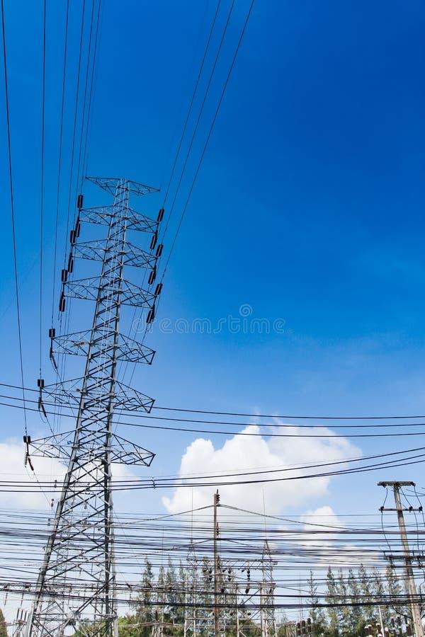 高压塔,电岗位,电岗位,深刻的天空蔚蓝背景 免版税库存照片
