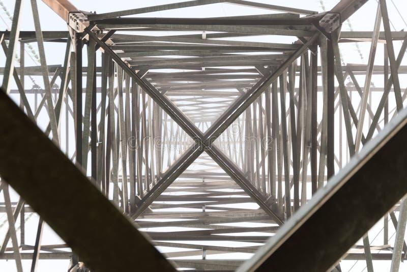 高压支持的金属建筑 免版税库存照片