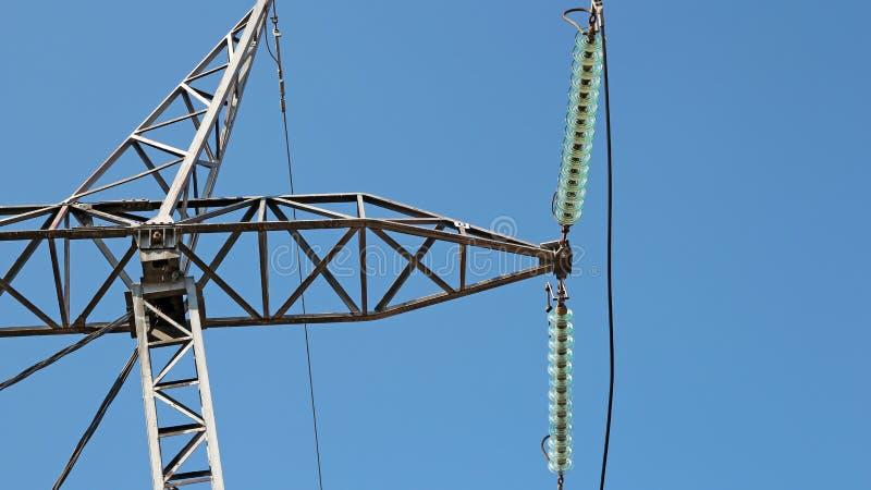 高压电发行定向塔绝缘体和力量 免版税图库摄影