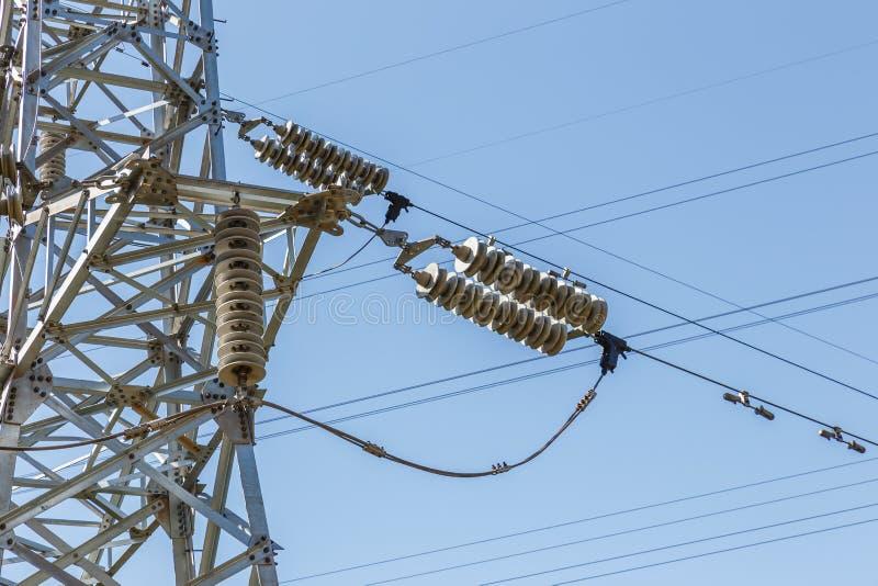 高压电子反对蓝天的绝缘体电线 库存图片
