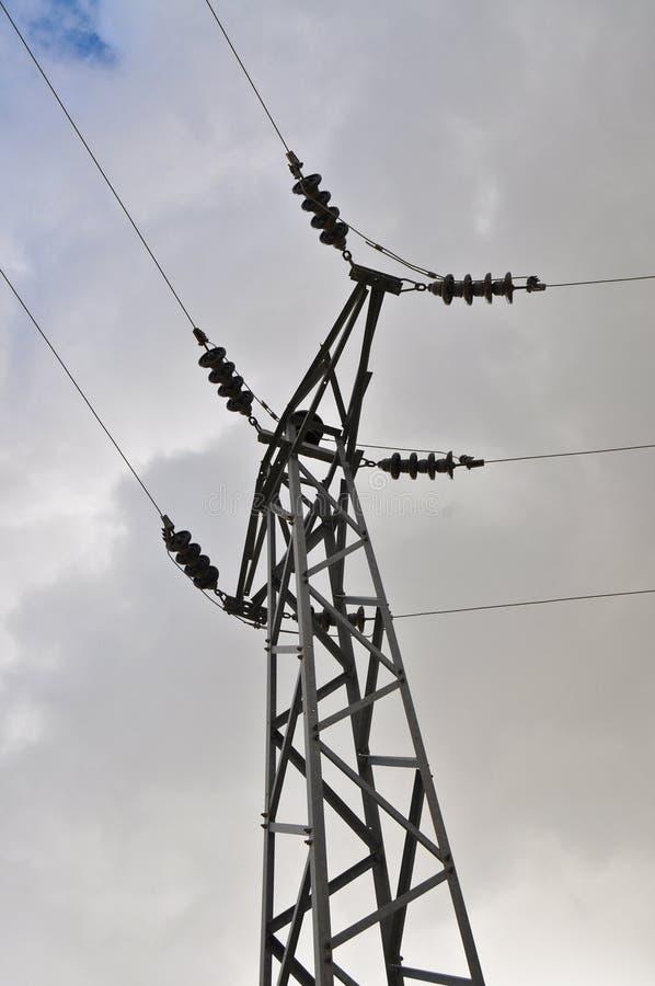 高压电柱子和天空 库存照片