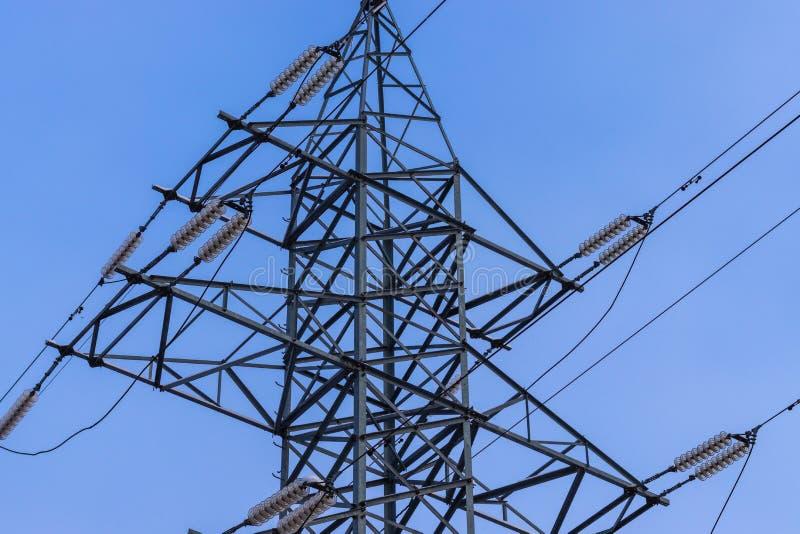 高压电送电线 反对蓝天的输电线支持 免版税库存图片
