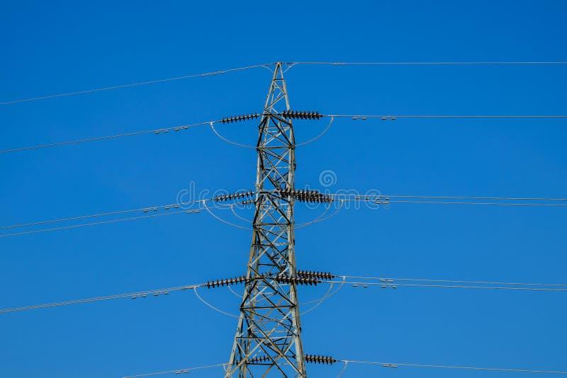 高压线塔与蓝天的 库存图片
