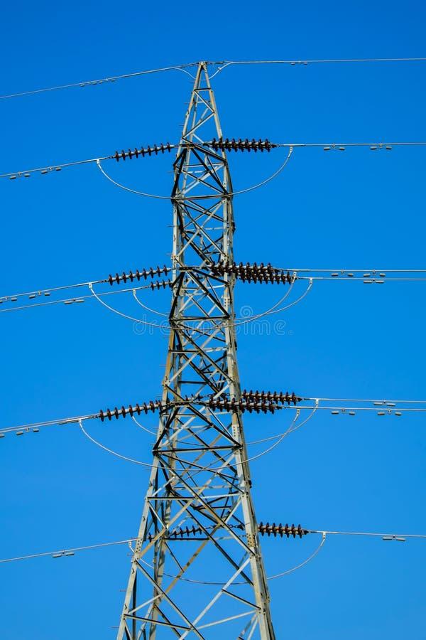 高压线塔与蓝天的 免版税库存照片