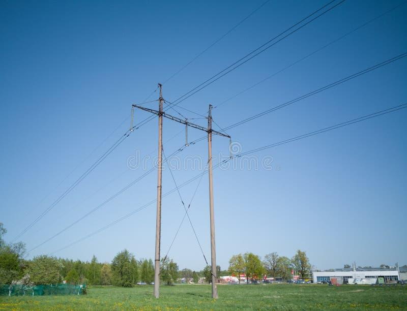 高压输电线去在草甸在村庄2 免版税库存图片