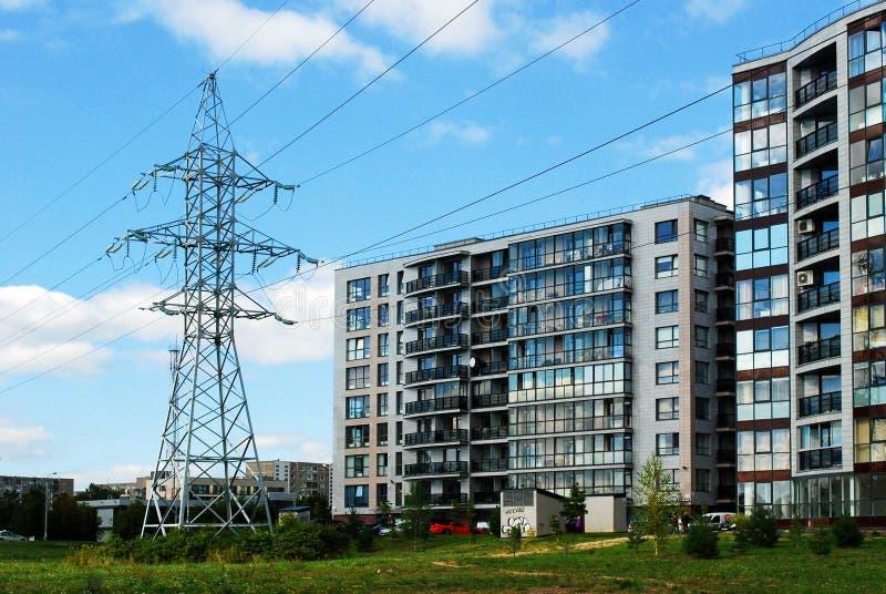 高压输电线在城市 免版税库存图片