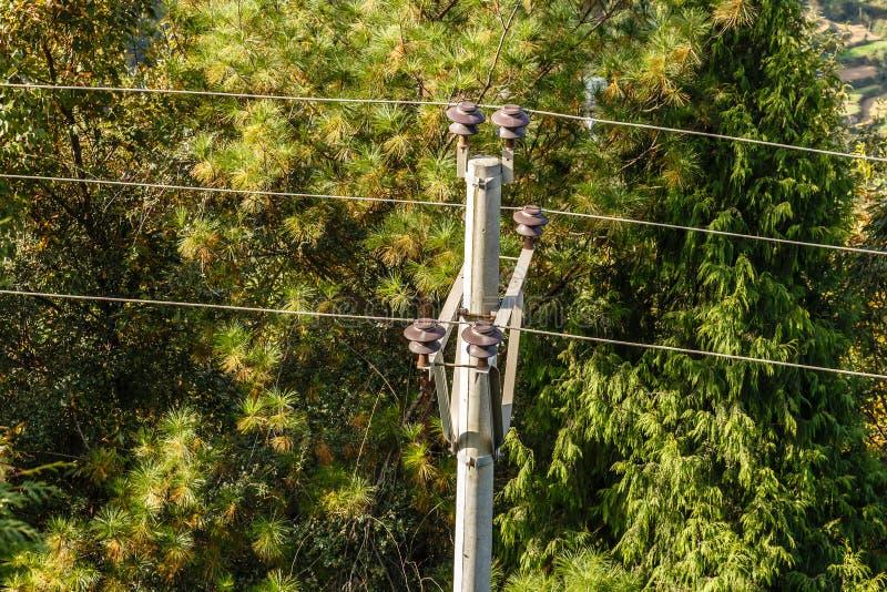 高压输电线,导线附有绝缘体 免版税库存图片