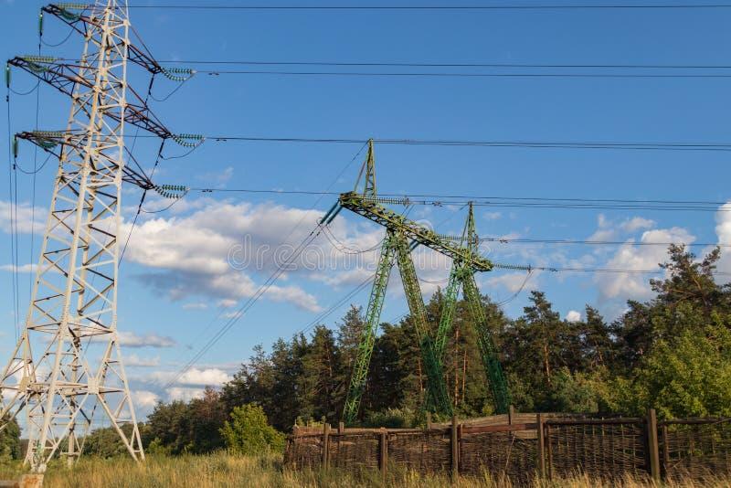 高压输电线,钢工程的结构 图库摄影