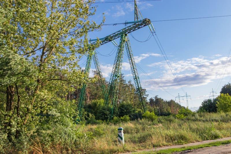高压输电线,钢工程的结构 免版税库存图片