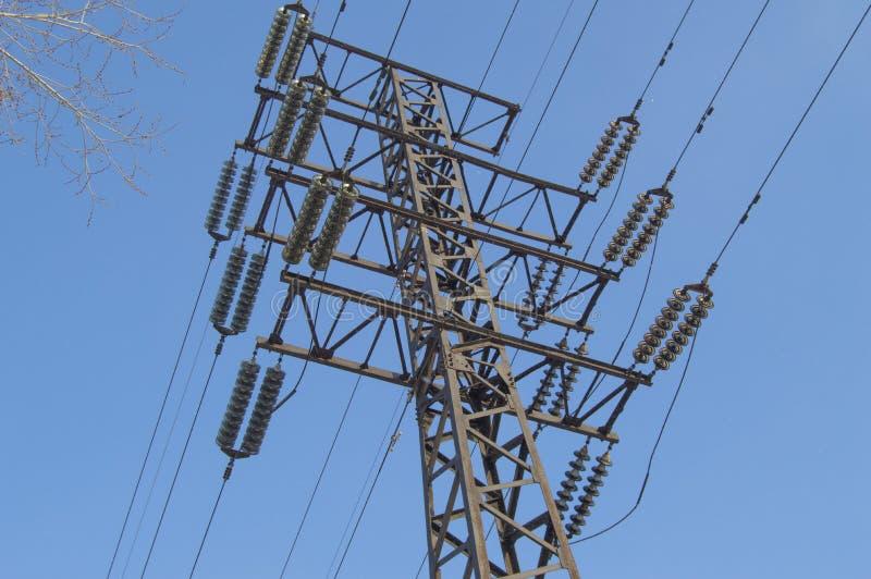 高压输电线110 kV,金属支持,导线,绝缘体,反对天空蔚蓝 免版税库存图片