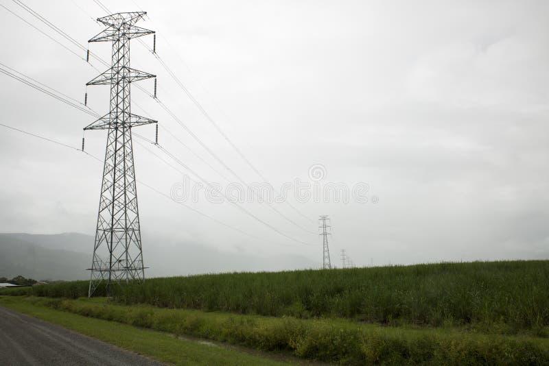 高压送电线在有薄雾的雨中 库存照片