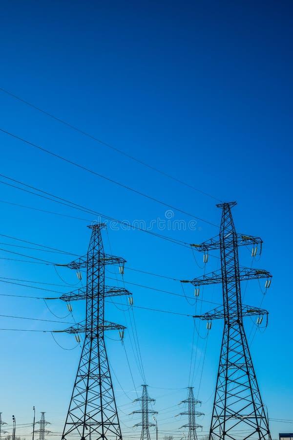 高压顶上的(空气)主输电线 库存图片