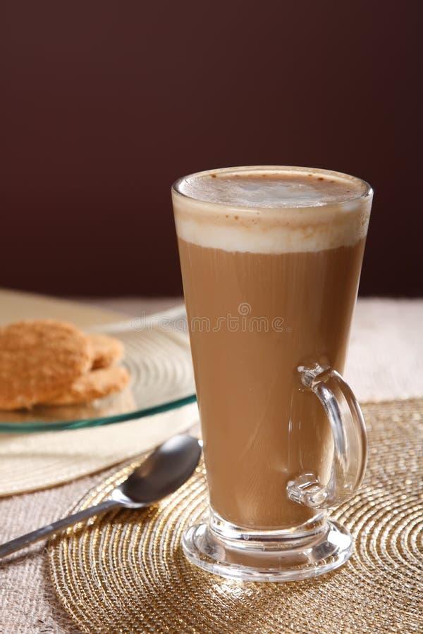 高咖啡馆咖啡玻璃的latte 免版税库存照片