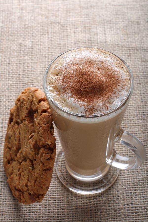 高咖啡馆热奶咖啡咖啡玻璃的latte 免版税库存照片