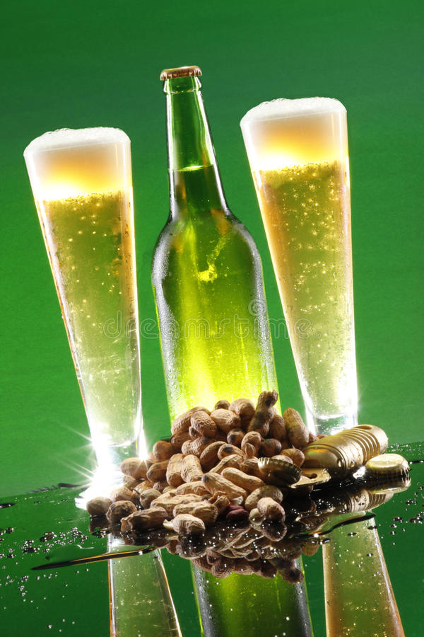 高啤酒冷静的花生 免版税库存图片