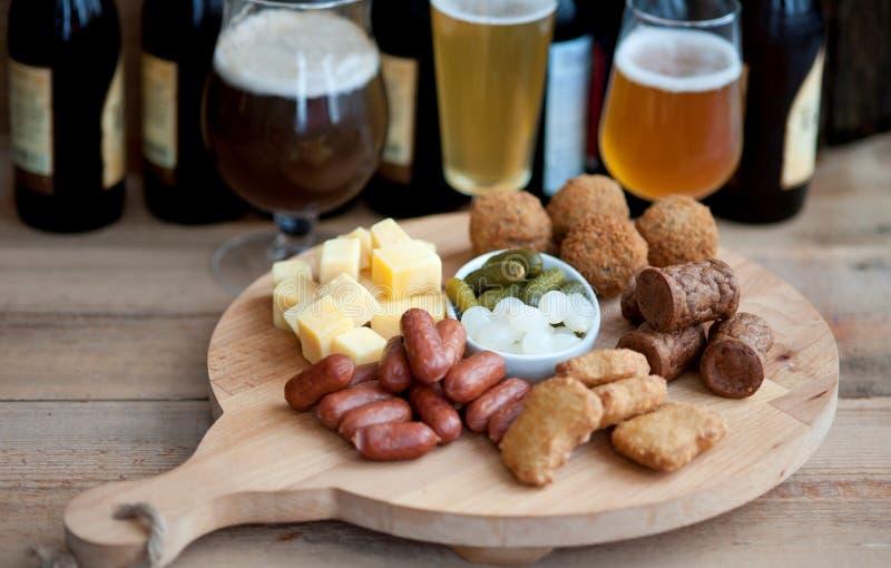 高啤酒 各种各样的开胃菜为假日 图库摄影